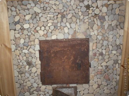Работа моего папы. На морском пляже набрали плоских камешков. С помощью специального термоклея украсили наш камин в бане. Сверху покрыли лаком. Холодными зимними вечерами у камина вспоминаем о лете. фото 2