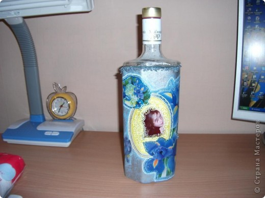 """Была обычная бутылочка, емкостью 1 литр, из под горячительного. Ее обезглавили при помощи шлифмашинки. За это отдельное спасибо моему мужу. Это та часть бутылки, которая осталась без """"головы"""". Она уже задекорирована. фото 5"""