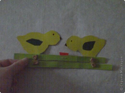 В этой игрушке моё участие - только рисунок-шаблон цыплёнка. Пока я сварила суп, Святик сам всё сделал, даже винтики пробкой закрепил без моей помощи. Ребёнку неполных 7 лет. Правда сфотографировать не давал, пока не наигрался. Потому у них вид замучаный фото 1