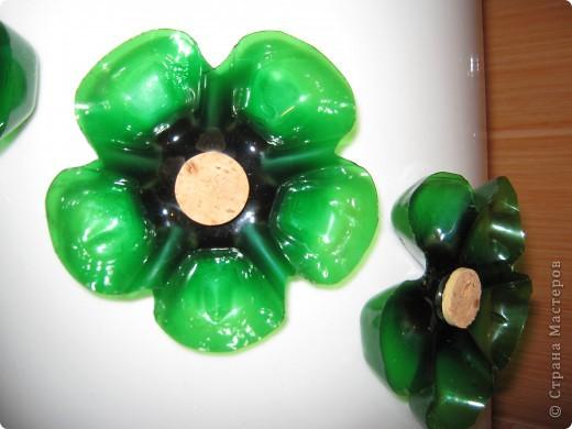После ремонта у нас остались вот такие ведра, решила их приспособить для  уличных цветов, и чтобы веселей смотрелось украсила их цветами (донышки от пластиковых бутылок) фото 2