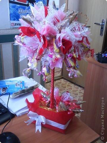 Деревце из конфет к 8 марта фото 2