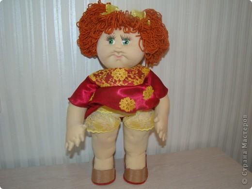 """Увидела в интернете вот таких малышей http://shkola-igrushki.ru/kukol-detej-i-pupsov/item/62-vikroiki-kukol-malishei.html     Они мне так понравились,что очень захотелось сделать такую пухляшку. Вот получилась кукла Маша. Конечно она сильно отличается от своих """"оригиналов"""", из ткани первый раз шью кукол,надо руку еще набивать, но скажу честно,с капроном мне нравится больше работать. фото 2"""