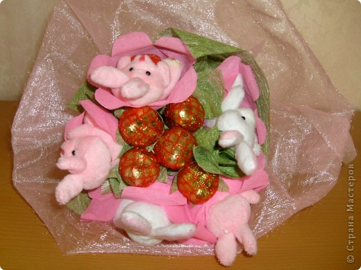 Сделала в подарок конфетно-мягкий букетик. фото 2