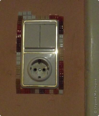 Это моя любимая мозаика. Стены вокруг выключателей особенно часто загрязняются. Вот и назрело такое решение: облеить оштукатуренную стену вокруг выключателя. И получилось супер! фото 4
