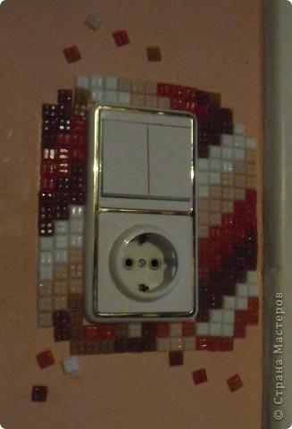 Это моя любимая мозаика. Стены вокруг выключателей особенно часто загрязняются. Вот и назрело такое решение: облеить оштукатуренную стену вокруг выключателя. И получилось супер! фото 6