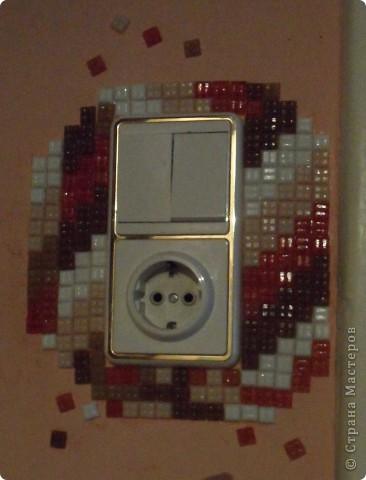 Это моя любимая мозаика. Стены вокруг выключателей особенно часто загрязняются. Вот и назрело такое решение: облеить оштукатуренную стену вокруг выключателя. И получилось супер! фото 1