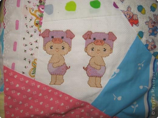 """Вот такое одеяльце для дочки получилось из вышивок-""""малышек"""" и маминого увлечения пэчворком. фото 3"""