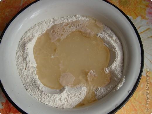 Вот решила поделиться с вами нашим любимым пирогом и надеюсь, он будет украшать ваши семейные вечера своим восхитительным вкусом. Этот пирог я готовлю с разными начинками. Сейчас пост и я приготовила его с грибами и капустой(моя самая любимая начинка), но еще я готовлю его с картошкой и печенью, просто с картошкой и жаренным луком, капуста с яйцом. рыбой...в общем полный полет фантазий. фото 2