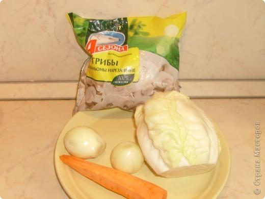 Вот решила поделиться с вами нашим любимым пирогом и надеюсь, он будет украшать ваши семейные вечера своим восхитительным вкусом. Этот пирог я готовлю с разными начинками. Сейчас пост и я приготовила его с грибами и капустой(моя самая любимая начинка), но еще я готовлю его с картошкой и печенью, просто с картошкой и жаренным луком, капуста с яйцом. рыбой...в общем полный полет фантазий. фото 5