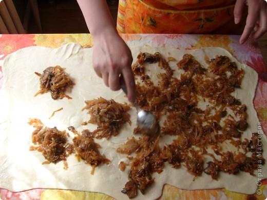Вот решила поделиться с вами нашим любимым пирогом и надеюсь, он будет украшать ваши семейные вечера своим восхитительным вкусом. Этот пирог я готовлю с разными начинками. Сейчас пост и я приготовила его с грибами и капустой(моя самая любимая начинка), но еще я готовлю его с картошкой и печенью, просто с картошкой и жаренным луком, капуста с яйцом. рыбой...в общем полный полет фантазий. фото 15