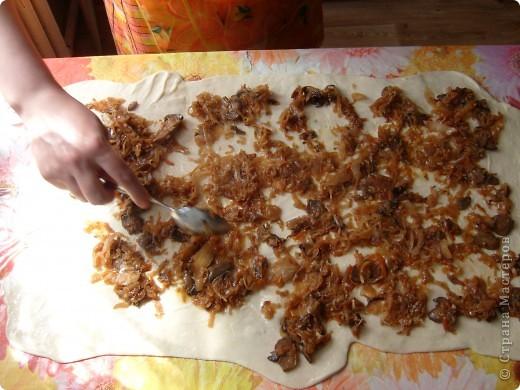 Вот решила поделиться с вами нашим любимым пирогом и надеюсь, он будет украшать ваши семейные вечера своим восхитительным вкусом. Этот пирог я готовлю с разными начинками. Сейчас пост и я приготовила его с грибами и капустой(моя самая любимая начинка), но еще я готовлю его с картошкой и печенью, просто с картошкой и жаренным луком, капуста с яйцом. рыбой...в общем полный полет фантазий. фото 16