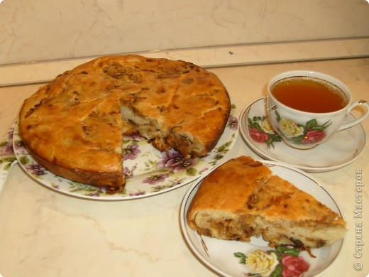 Вот решила поделиться с вами нашим любимым пирогом и надеюсь, он будет украшать ваши семейные вечера своим восхитительным вкусом. Этот пирог я готовлю с разными начинками. Сейчас пост и я приготовила его с грибами и капустой(моя самая любимая начинка), но еще я готовлю его с картошкой и печенью, просто с картошкой и жаренным луком, капуста с яйцом. рыбой...в общем полный полет фантазий. фото 28