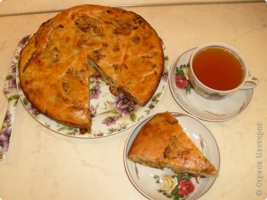 Вот решила поделиться с вами нашим любимым пирогом и надеюсь, он будет украшать ваши семейные вечера своим восхитительным вкусом. Этот пирог я готовлю с разными начинками. Сейчас пост и я приготовила его с грибами и капустой(моя самая любимая начинка), но еще я готовлю его с картошкой и печенью, просто с картошкой и жаренным луком, капуста с яйцом. рыбой...в общем полный полет фантазий. фото 1