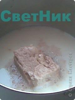 Вот и наступила долгожданная предпасхальная подготовка к празднику, в каждом доме к Пасхе готовятся заранее пекут куличи и красят яйца, я тоже не исключение хлопочу на кухне у плиты и хочу поделиться с Вами своим рецептом заварного кулича. Продукты: молоко- 1л. мука- 2кг. сахар - 6оо г. масло сливочное- 500г. яйца- 3шт. желтки- 12шт. дрожжи- 100-120г. водки- 2ст.л.  соль- 2ч.л.  ванильный сахар лимон,цедра лимона, изюм.  фото 4
