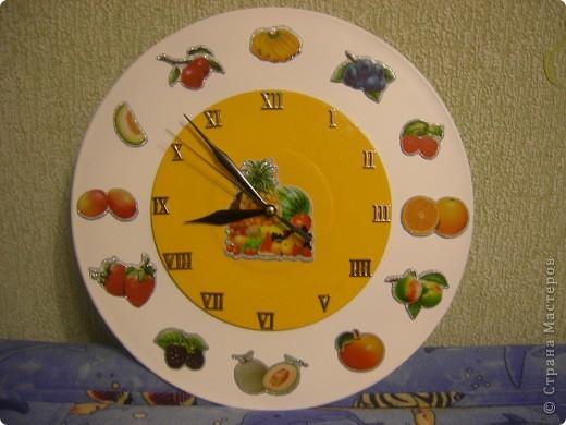 Вот такие часики сделала на кухню для свекрови. Основа - 2 пластинки разного диаметра, часовой механизм и объемные наклейки.  фото 1