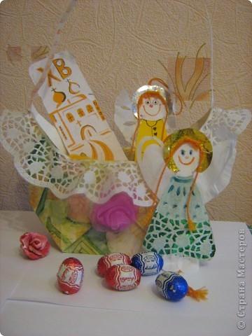Вот такая корзинка - подарок поджидает кого-нибудь до Пасхи. Недавно я сделала по Мк Elena.ost  http://stranamasterov.ru/node/180034 квадратную бонбоньерку. Крутила я её крутила и в общем вот что выкрутила. Получилась корзинка для яиц или небольших подарочков! фото 5
