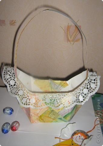 Вот такая корзинка - подарок поджидает кого-нибудь до Пасхи. Недавно я сделала по Мк Elena.ost  http://stranamasterov.ru/node/180034 квадратную бонбоньерку. Крутила я её крутила и в общем вот что выкрутила. Получилась корзинка для яиц или небольших подарочков! фото 2