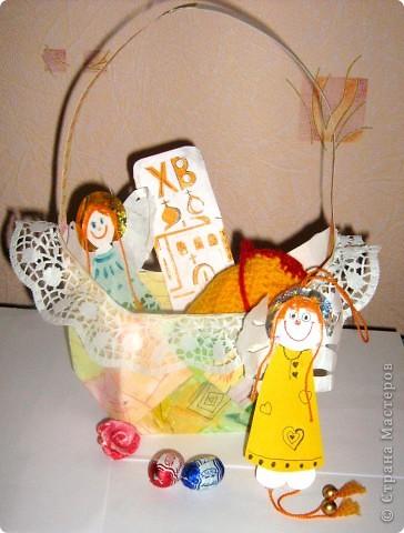 Вот такая корзинка - подарок поджидает кого-нибудь до Пасхи. Недавно я сделала по Мк Elena.ost  http://stranamasterov.ru/node/180034 квадратную бонбоньерку. Крутила я её крутила и в общем вот что выкрутила. Получилась корзинка для яиц или небольших подарочков! фото 1