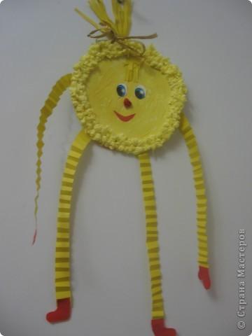 Куколки-берегини для дочек! Безликая куколка оберегает от дурного и одаривает хорошим настроением! Делаются очень просто из лоскутков ткани.Дочки помогали подбирать ткань.Ничего шить не надо.Нарезаются круги и связываются нитками.Для лица и ручек скручиваются светлые прямоугольные куски. В стране мастеров наверное есть МК. А вот и Мастер класс нашла http://stranamasterov.ru/node/176040?c=new_451 В нем Ирина Рублева очень красивых кукол показывает!Здесь более усложненный, но Очень красивый вариант описан. Думаю, что в голову можно еще и камушек-оберег добавить, будет еще сильнее защищать малыша! фото 6
