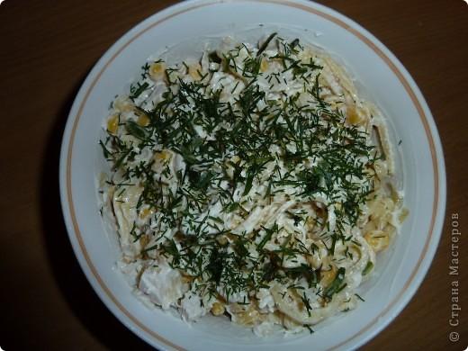 """Салат """"Загадка"""" Хочу поделиться со всеми простым,но вкусным салатиком... 4 яйца 1,5 ст.ложки крахмала соль,перец по вкусу 1 отварная грудка(без кожи) 1 банка консервированной кукурузы 4 средних головки лука зелень  фото 1"""