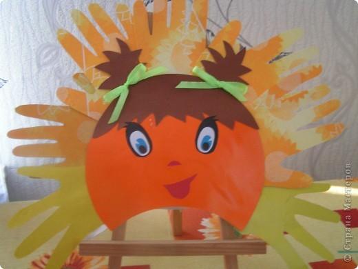 """В детский сад дочке нужна была маска солнышка и я сразу вспомнила про замечательные солнышки СМ из """"ладошек"""". Кто автор я не знаю, т.к. теперь работ таких уже много. Всем мастерам большое спасибо. Ну, а наша маска всем понраилась фото 2"""
