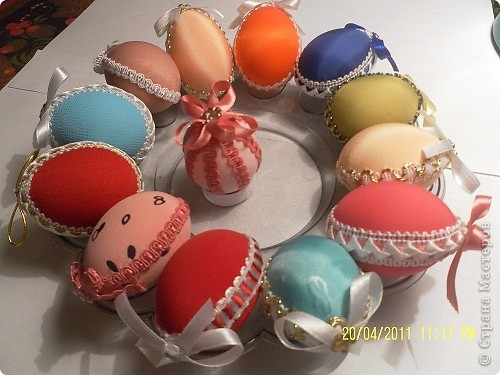 Очень нравятся яйца-писанки, яйца, сделанные в технике травления и выпиливания по скарлупе. Но это высший пилотаж. Мне же доступна техника обшивания яйца тканью. Получается очень мило. фото 6