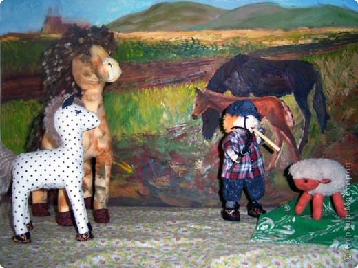 На лугу стоят овечки, Шерсть закручена в колечки, А играет для овечек На свирели человечек. Это Ванечка-пастух! У него хороший слух. Он и волка ненавидит, И ягнёнка не обидит, Не обидит нипочём. Быть Ванюше скрипачом!   Юнна Мориц фото 12