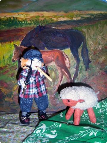 На лугу стоят овечки, Шерсть закручена в колечки, А играет для овечек На свирели человечек. Это Ванечка-пастух! У него хороший слух. Он и волка ненавидит, И ягнёнка не обидит, Не обидит нипочём. Быть Ванюше скрипачом!   Юнна Мориц фото 1