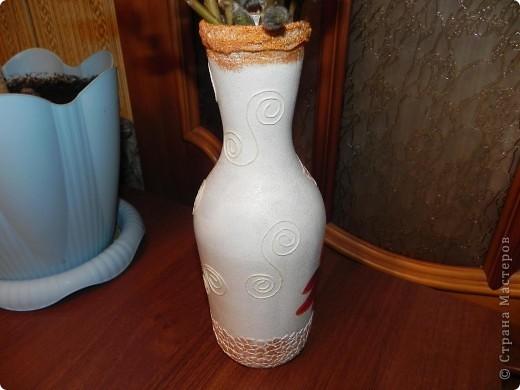 Вот такую вазочку сделала из бутылки из-под вина. Вид спереди фото 3