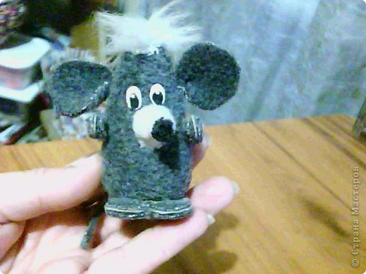 такую мышку моя Машунька сделала, когда ей было лет 10 (сейчас ей 18). Это была одна из ее первых игрушек и одна (из двух), которую я сохранила. Все другие игрушки были раздарены подругам. И творчество заброшено на несколько лет. Теперь она начинает вместе со мной творить.