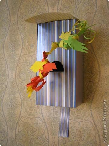 Здравствуйте! А вот и мой вариант использования плетёных птичек. Сыну в школе задали сделать скворечник. Но возможности выпилить его из дерева у меня не было. Пришлось  сконструировать скворечник из картона.