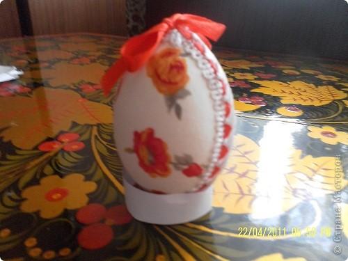Очень нравятся яйца-писанки, яйца, сделанные в технике травления и выпиливания по скарлупе. Но это высший пилотаж. Мне же доступна техника обшивания яйца тканью. Получается очень мило. фото 13