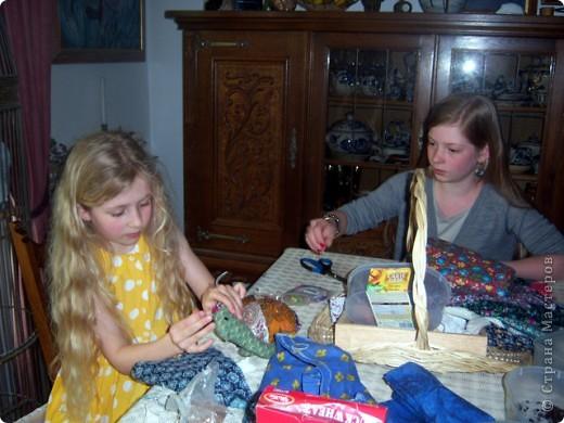 На каникулах можно и поучиться делать русских куколок-оберег. фото 1