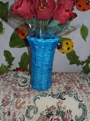Вот такой подарок вазочка: из газетных трубочек,розочки из салфеток с конфетками. фото 2