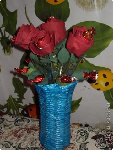 Вот такой подарок вазочка: из газетных трубочек,розочки из салфеток с конфетками. фото 1