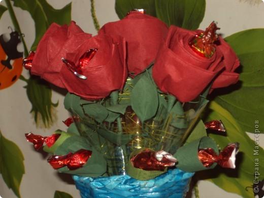 Вот такой подарок вазочка: из газетных трубочек,розочки из салфеток с конфетками. фото 3