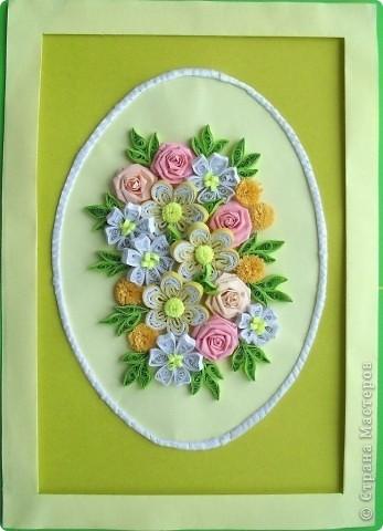 Сделала еще одну цветочную композицию в подарок коллеге в День рождения вместо открытки. Композиция выполнена на листе формата А4. Овал оформлен атласной ленточкой. Спасибо большое Танюше (Tatiyna) http://stranamasterov.ru/node/134113. фото 2