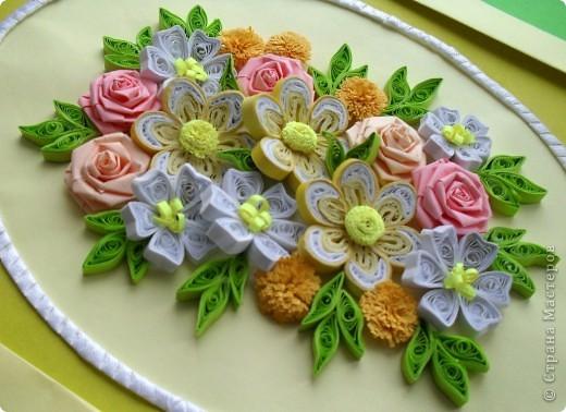 Сделала еще одну цветочную композицию в подарок коллеге в День рождения вместо открытки. Композиция выполнена на листе формата А4. Овал оформлен атласной ленточкой. Спасибо большое Танюше (Tatiyna) http://stranamasterov.ru/node/134113. фото 1
