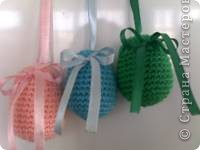 Такие яйца я связала в подарок своим сотрудницам на Пасху . Использовала остатки ниток , набила синтепоном , украсила атласными лентами . фото 3