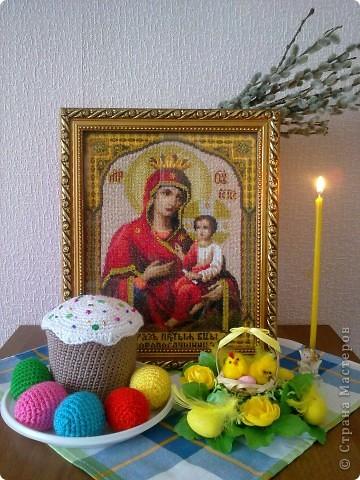 Горит пасхальная свеча на праздничном столе , Ликует ангел у плеча и радость на земле :   Христос Воскрес !   Христос Воскрес ! Вот чудо из чудес ! И голос слышется с небес :   Воистину Воскрес ! фото 1