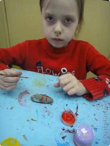 Принесли девчонки постарше камни, подготовили их к работе (вымыли, высушили). Рассмотрели и увидели каждая свой образ. фото 10