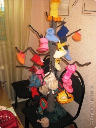 Вот такое дерево мы вязали всем коллективом на выставку. Вязали кто что: кто пинетки, кто носки, кто дерево.