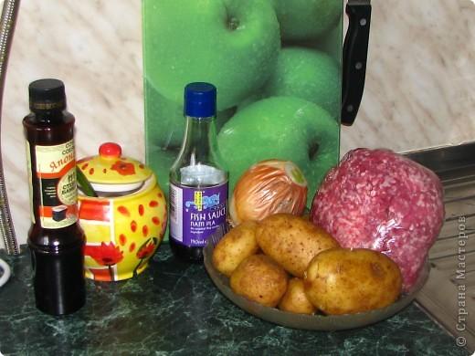 """Сегодня на нашем воскресном обеде, было 2 блюда: жареная картошка с фаршиком, назовем её """"картошка по-флотски"""" (кстати этот рецепт я придумала сама) и пиццы по МК Наталии_И (http://stranamasterov.ru/node/183844). Мои мужчины были в восторге! Итак, поделюсь с вами, дорогие хозяюшки, своим рецептом картошечки. Нам понадобится минимум продуктов: 1. 800гр картофеля 2. 1кг фарша (так много, потому что мои мужчины любят помяснее) 3. лук 1-2 головки, кому как нравится 4. соевый и рыбный соусы (если рыбного нет - ничего страшного) 5. соль, зеленый лук, молотый перец. фото 1"""