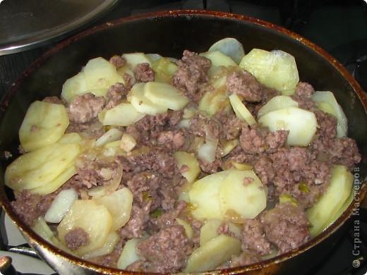 """Сегодня на нашем воскресном обеде, было 2 блюда: жареная картошка с фаршиком, назовем её """"картошка по-флотски"""" (кстати этот рецепт я придумала сама) и пиццы по МК Наталии_И (http://stranamasterov.ru/node/183844). Мои мужчины были в восторге! Итак, поделюсь с вами, дорогие хозяюшки, своим рецептом картошечки. Нам понадобится минимум продуктов: 1. 800гр картофеля 2. 1кг фарша (так много, потому что мои мужчины любят помяснее) 3. лук 1-2 головки, кому как нравится 4. соевый и рыбный соусы (если рыбного нет - ничего страшного) 5. соль, зеленый лук, молотый перец. фото 5"""