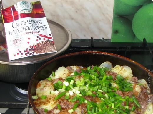"""Сегодня на нашем воскресном обеде, было 2 блюда: жареная картошка с фаршиком, назовем её """"картошка по-флотски"""" (кстати этот рецепт я придумала сама) и пиццы по МК Наталии_И (http://stranamasterov.ru/node/183844). Мои мужчины были в восторге! Итак, поделюсь с вами, дорогие хозяюшки, своим рецептом картошечки. Нам понадобится минимум продуктов: 1. 800гр картофеля 2. 1кг фарша (так много, потому что мои мужчины любят помяснее) 3. лук 1-2 головки, кому как нравится 4. соевый и рыбный соусы (если рыбного нет - ничего страшного) 5. соль, зеленый лук, молотый перец. фото 6"""