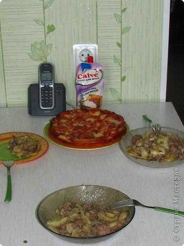 """Сегодня на нашем воскресном обеде, было 2 блюда: жареная картошка с фаршиком, назовем её """"картошка по-флотски"""" (кстати этот рецепт я придумала сама) и пиццы по МК Наталии_И (http://stranamasterov.ru/node/183844). Мои мужчины были в восторге! Итак, поделюсь с вами, дорогие хозяюшки, своим рецептом картошечки. Нам понадобится минимум продуктов: 1. 800гр картофеля 2. 1кг фарша (так много, потому что мои мужчины любят помяснее) 3. лук 1-2 головки, кому как нравится 4. соевый и рыбный соусы (если рыбного нет - ничего страшного) 5. соль, зеленый лук, молотый перец. фото 7"""