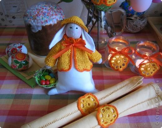 С праздником Светлой Пасхи! Сшила маленького зайку ,16см и связала кольца на салфетки и украшения для подсвечников( баночки от детского питания) в одном стиле.