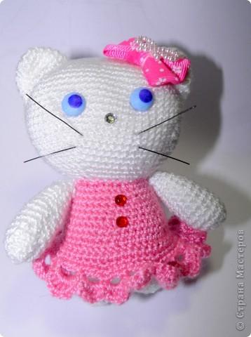 Уж очень мне понтравилась КИТТИ у Екатерины Геннадьевны:) И я решила связать такую кошку. Вот такая у меня получилась Китти (сантиметров 10-12 высотой).   Ох я и намучилась с её мордочкой. фото 8