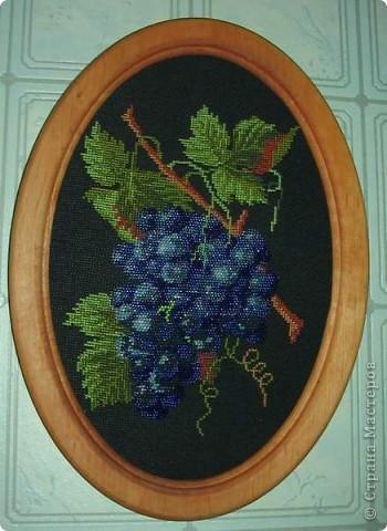 Листочки вышиты крестиком, а ягоды - это бисер.