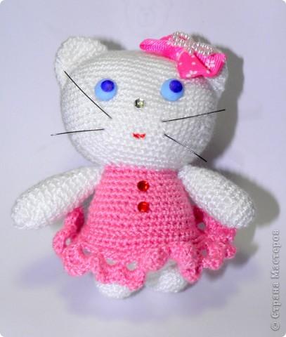 Уж очень мне понтравилась КИТТИ у Екатерины Геннадьевны:) И я решила связать такую кошку. Вот такая у меня получилась Китти (сантиметров 10-12 высотой).   Ох я и намучилась с её мордочкой. фото 9